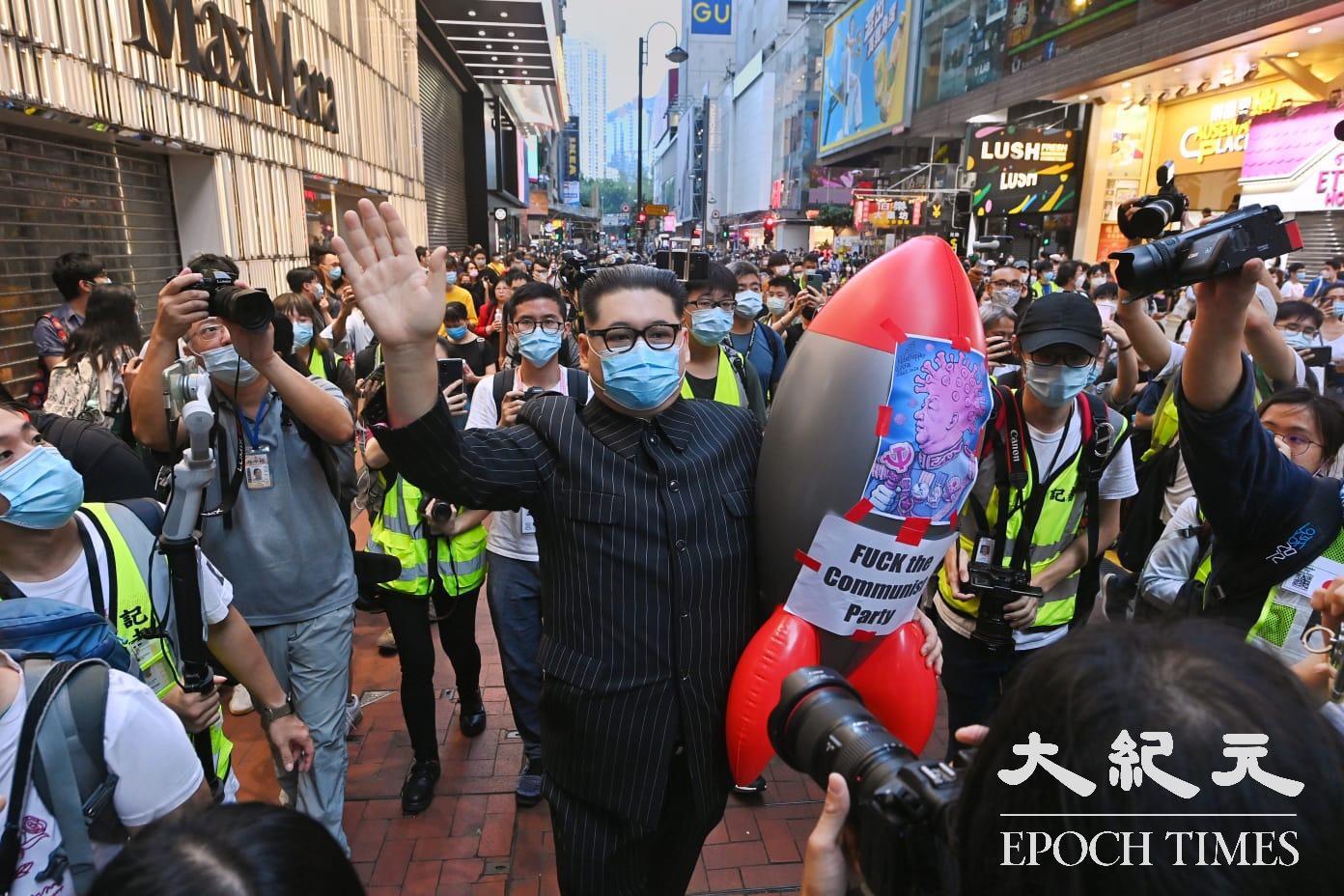 銅鑼灣記利佐治街出現扮裝北韓金正恩的市民,手拿飛彈公仔,聲援抗爭者。(宋碧龍/大紀元)