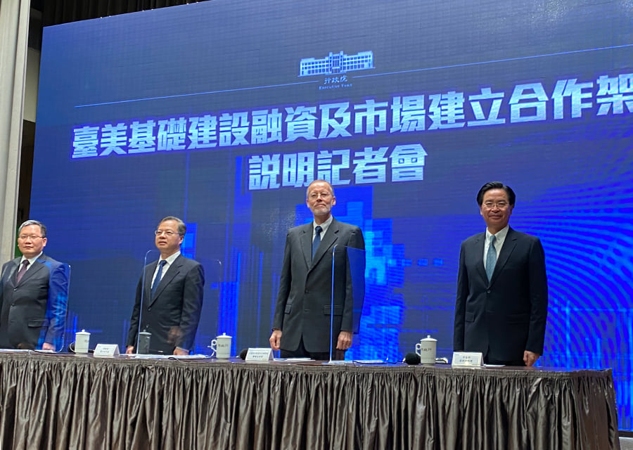 9月30日,台灣行政院舉行「台美基礎建設融資及市場建立合作架構說明」記者會。同日,美國會眾議院中國工作小組組長邁克麥考爾表示,啟動美國與台灣的雙邊貿易談判,已納入美國行政當局的考慮。(圖片來自AIT Facebook)