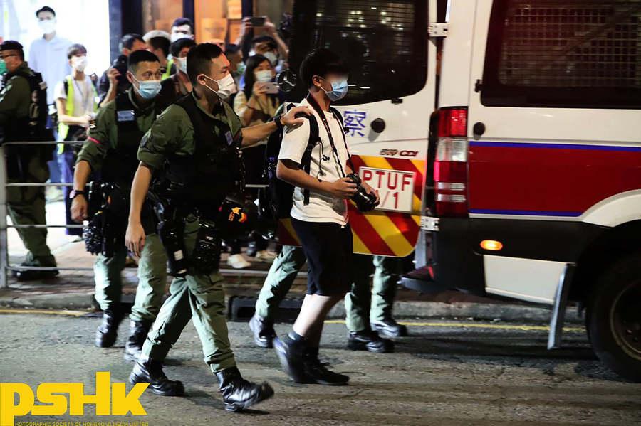 警方於荃灣帶走多名男子 包括一名網媒記者