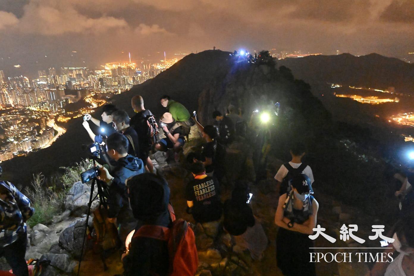 港人港人獅子山上「和你燈」慶祝中秋節。(宋碧龍/大紀元)