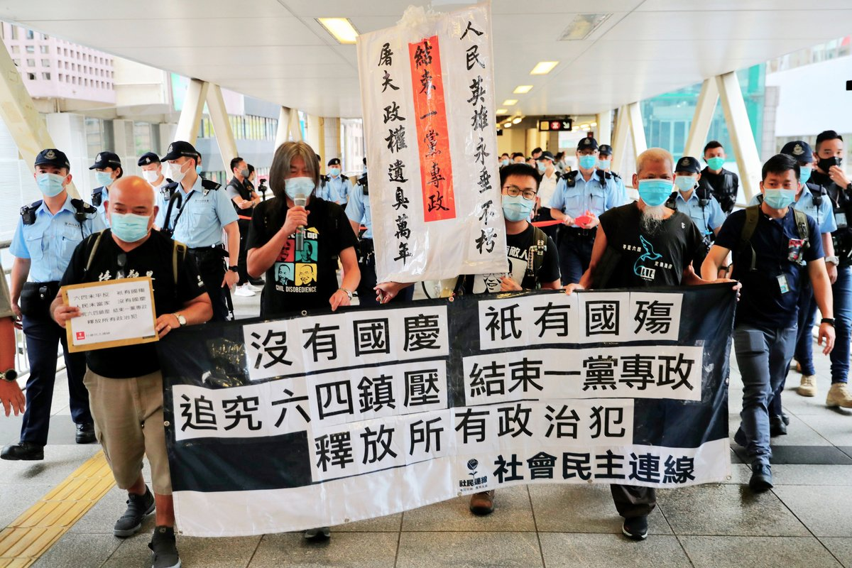 社民連和長毛(梁國雄,前左二)在香港中聯辦外抗議。(MAY JAMES/AFP)