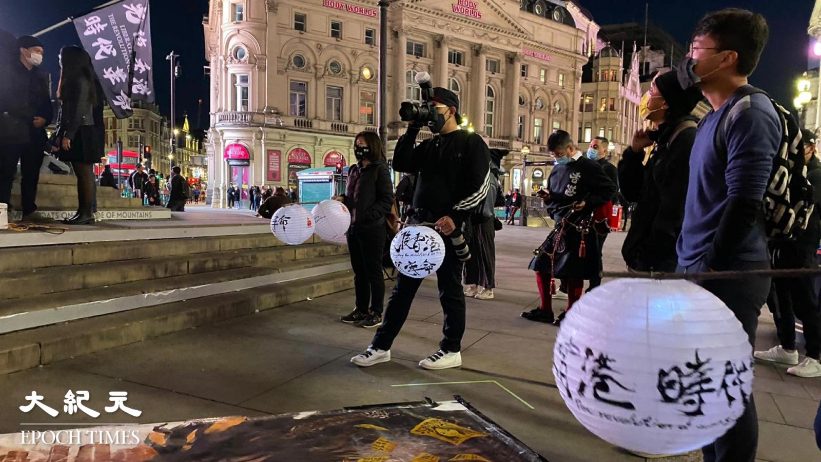 王茂俊(韓寶生)與鄭文傑於10.1晚出席在英國Piccadilly Circus舉行的中秋節救12港人活動。(唐詩韻/大紀元)