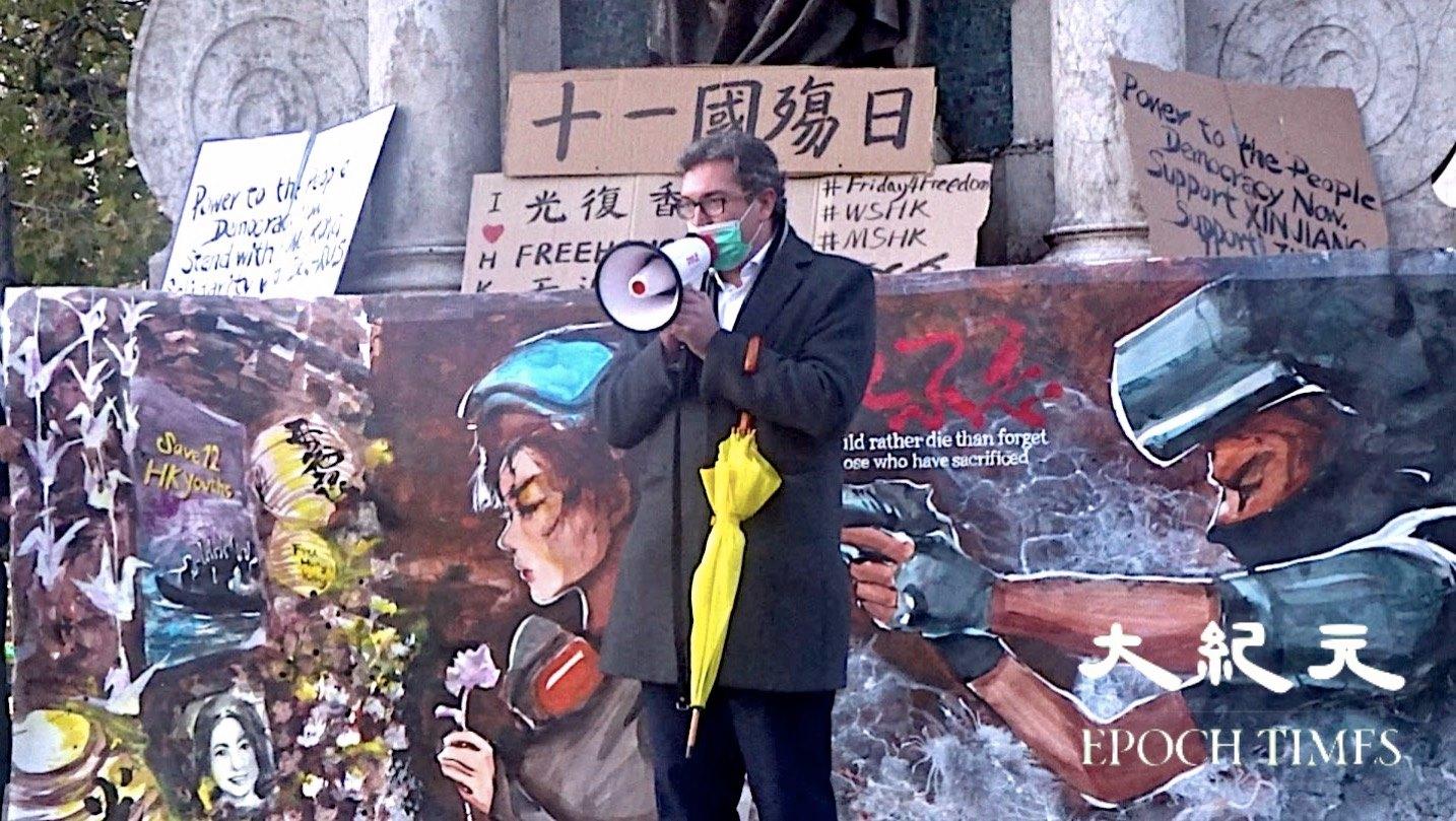 一直將香港看成自由社會抗擊極權主義戰鬥前沿的人權活動家本尼迪克特羅傑斯(Benedict Rogers),於昨日(10月1日)中秋節暨國殤日之際,攜帶黃色雨傘前往曼城參與了一場支持港人抗爭的活動。(大紀元英倫生活網Facebook)