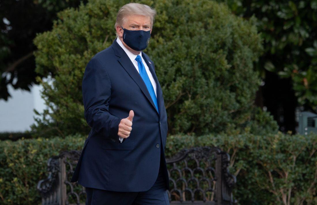 2020年10月2日,白宮表示,特朗普總統「感到疲勞,但精神良好」,並將被送到沃爾特·里德(Walter Reed)國家軍事醫學中心接受治療。圖為特朗普走出白宮,走向直升機前往醫院。(Photo by SAUL LOEB / AFP)