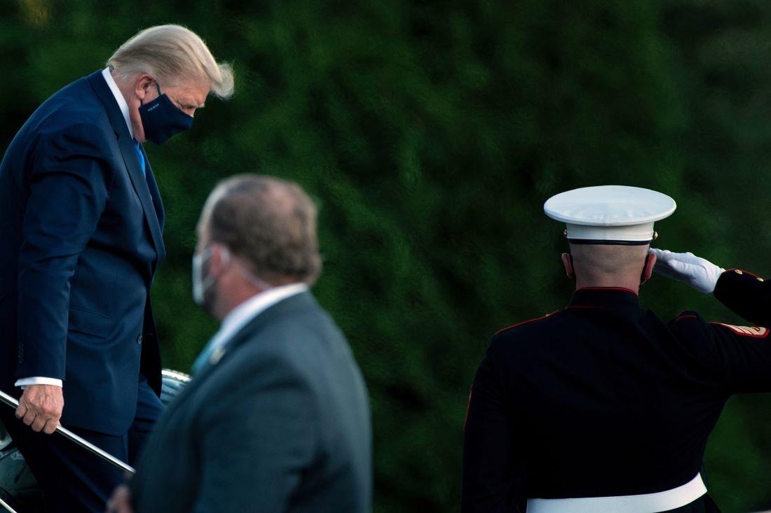 美國總統特朗普2020年10月2日離開白宮、前往馬里蘭州貝塞斯達的沃爾特·里德國家軍事醫學中心,準備在那工作和接受治療。圖為特朗普抵達醫院,走下直升機。(Photo by Brendan Smialowski / AFP)