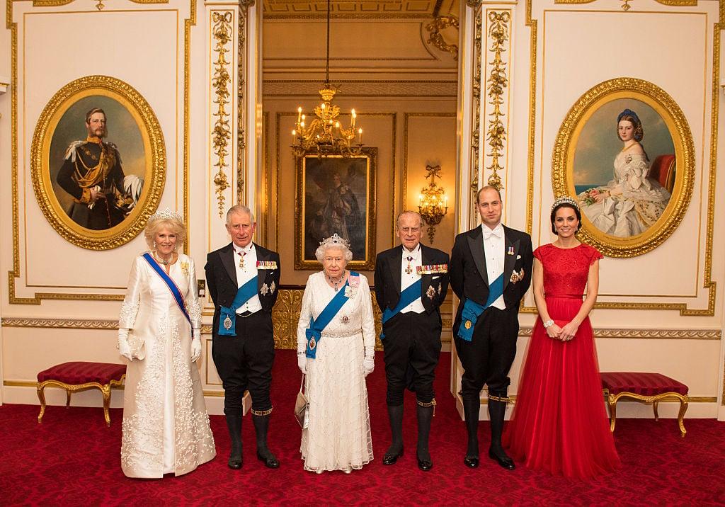 黑色燕尾服配上白襯衫、領結、背心和袋巾,就是最正統的White Tie,是西方貴族出席非常正式的晚間場合所穿。最常看到英國皇室成員出現宴會時或國家元首穿著,一般場合比較少見。 (Photo by Dominic Lipinski-WPA Pool/Getty Images)