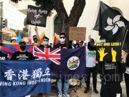 國殤日港人與民運團體齊聚三藩市中領館 焚血旗潑墨大門抗議中共暴政