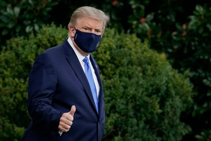 有學者表示,特朗普此次確診,可能會促使他認真「報仇」,對「發動生物戰」的恐怖份子——中共,開出第一槍。圖為特朗普2日走出白宮前往醫院。(Drew Angerer/Getty Images)
