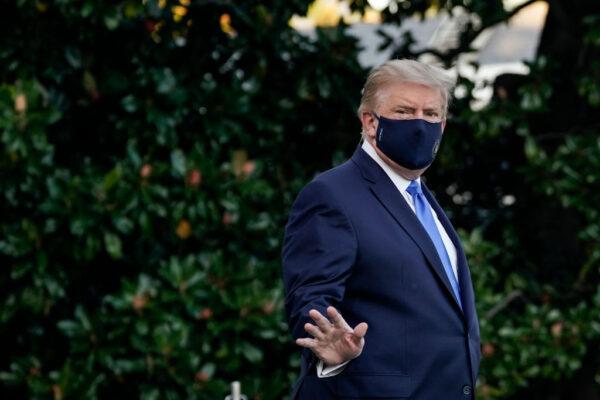 美國總統10月2日離開白宮、前往馬里蘭州貝塞斯達的沃爾特·里德國家軍事醫學中心就診。 (Drew Angerer/Getty Images)