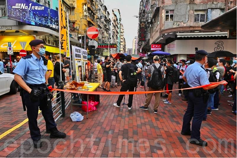 警員在街站周圍拉起橙色封鎖線。(宋碧龍/大紀元)