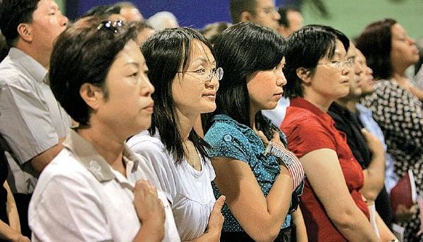 圖為2007年7月26日美國加州,6,000名不同族裔人士宣誓加入美國籍領取綠卡。(David McNew/Getty Images)