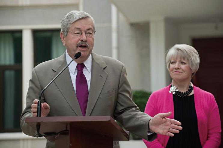 美國駐華大使特里布蘭斯塔德(Terry Branstad)圖(左)和夫人(右)資料照。(NICOLAS ASFOURI/AFP)