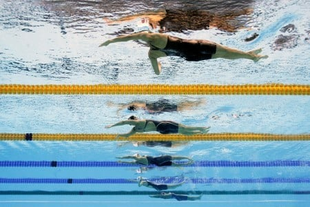 8月7日,傅園慧(從上至下第四位)在里約奧運100米個人仰泳比賽中。(Adam Pretty/Getty Images)
