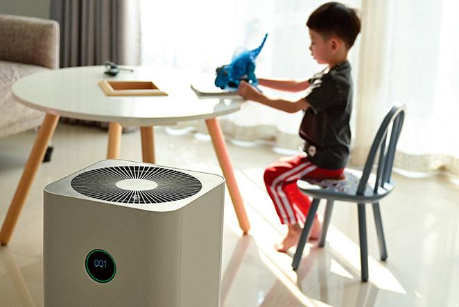 醫生建議使用配有HEPA濾網的空氣清淨機,因為它能過濾空氣中的微塵浮粒。(shutterstock)
