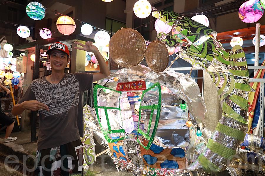 阿維今年帶來全新創作的招潮蟹造型燈籠,將大澳棚屋概念融入設計當中。(陳仲明/大紀元)