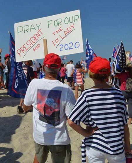 10月3日,上千名選民聚集在加州橙縣的聖克萊蒙特碼頭,為特朗普總統和第一夫人祈禱。(加州選民Mike Chickey提供)