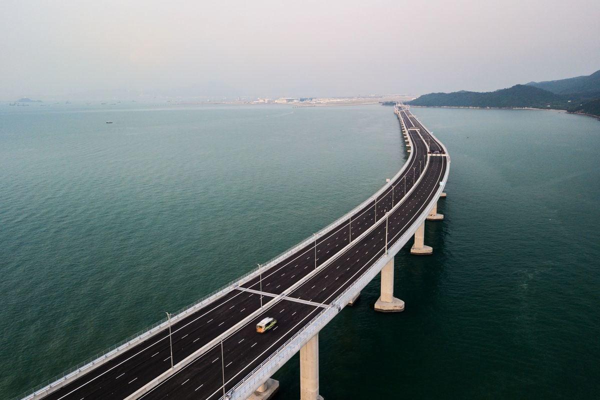 港珠澳大橋自兩年前開通以來,車流量一路下滑,入不敷出,估計香港政府每年要拿出10億港元來填補這個財政窟窿。(ANTHONY WALLACE/Getty Images)