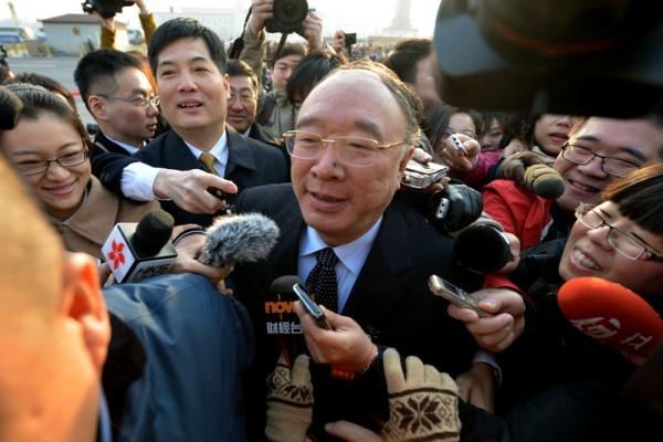 中共重慶市長黃奇帆2013年3月現身人大會議開幕儀式遭媒體圍堵。(Mark RALSTON/AFP)