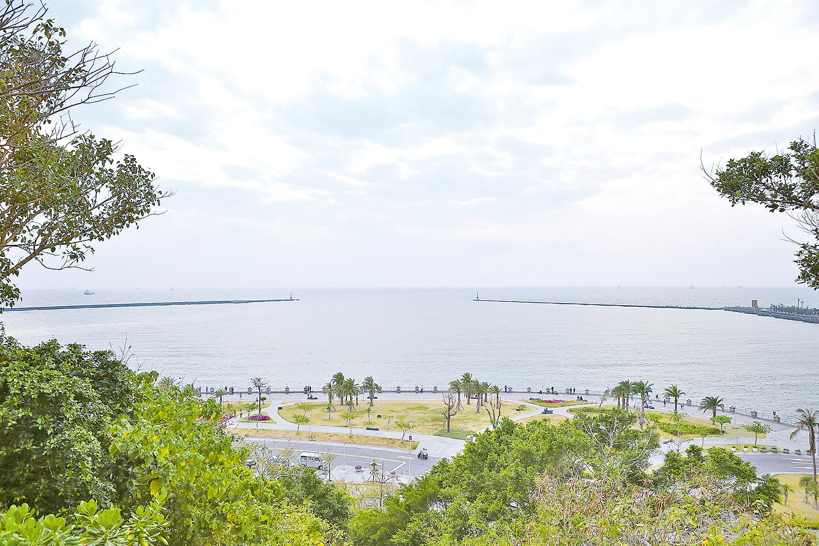 西子灣位於高雄市西側,北臨萬壽山,南臨旗津半島,為一黃澄碧藍的海水浴場,是一處以夕陽美景及天然礁石聞名的灣澳(大紀元資料室)