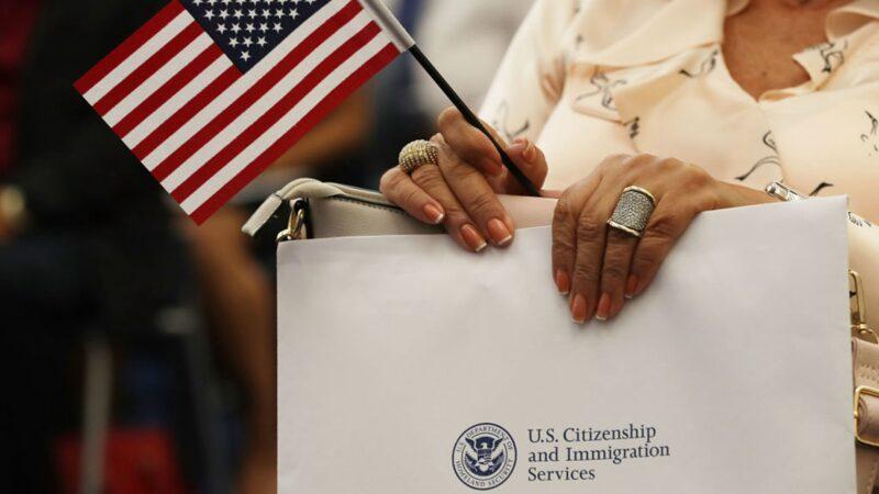 美國移民局10月2日發佈最新政策,對禁止共產黨或其它獨裁政黨黨員入境的章節作出更新。(Joe RaedleGetty Images)