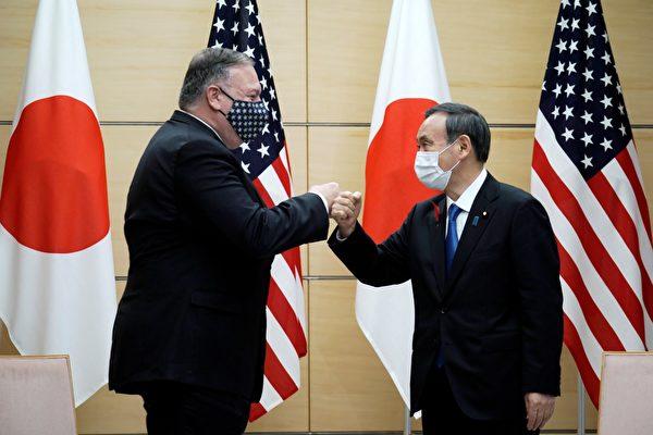 10月6日,蓬佩奧(左)與日本新首相菅義偉(右)會晤。(Photo by Eugene Hoshiko/POOL/AFP)