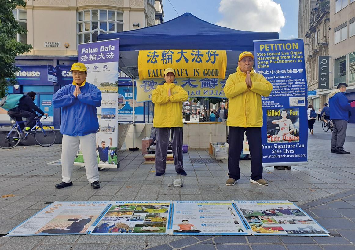 10月4日,英國英格蘭北部的部份大法弟子到利物浦市中心向世人講述法輪功被迫害真相、弘揚功法。(高峰/大紀元)