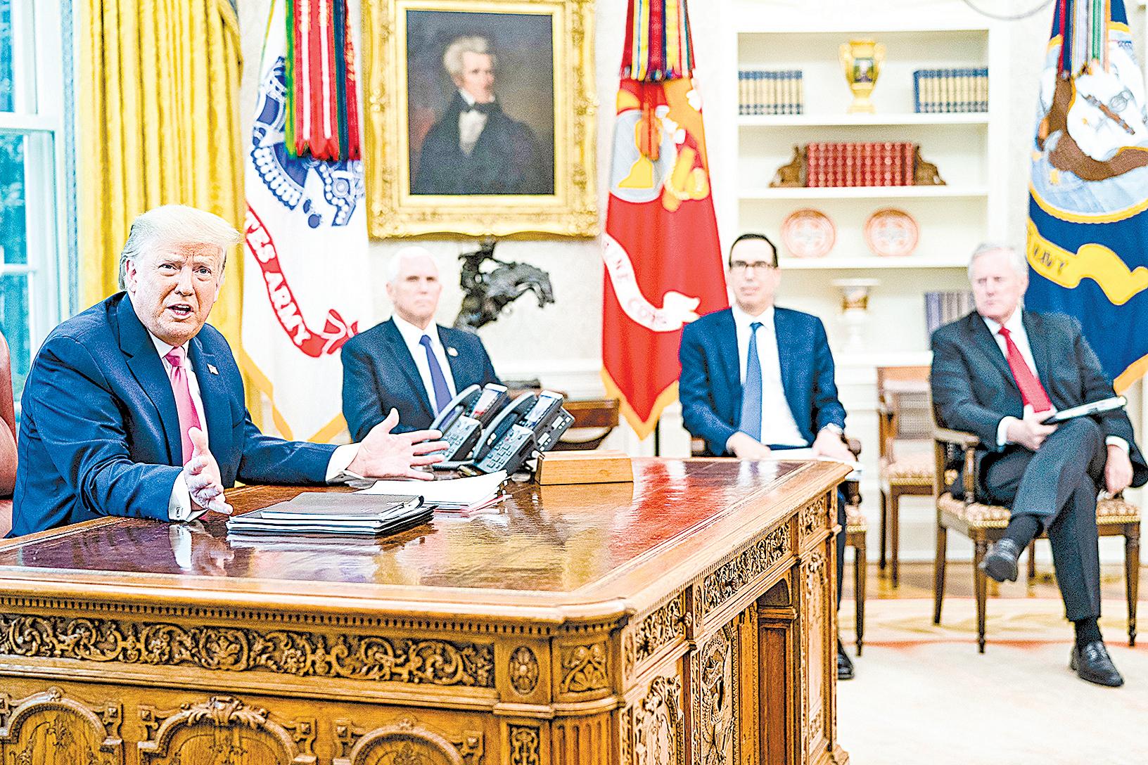 2020年7月20日,美國總統特朗普在白宮橢圓形辦公室主持一個由副總統彭斯、財政部長姆欽、白宮辦公廳主任梅多斯,以及共和黨國會領導人參加的會議,討論了擬議的新一輪金融刺激計劃。(Doug Mills-Pool/Getty Images)