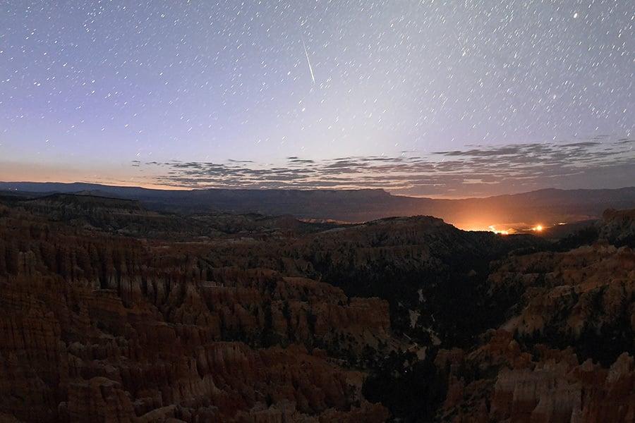 8月12日在猶他州布萊斯峽谷國家公園觀測到的流星雨。(Ethan Miller/Getty Images)