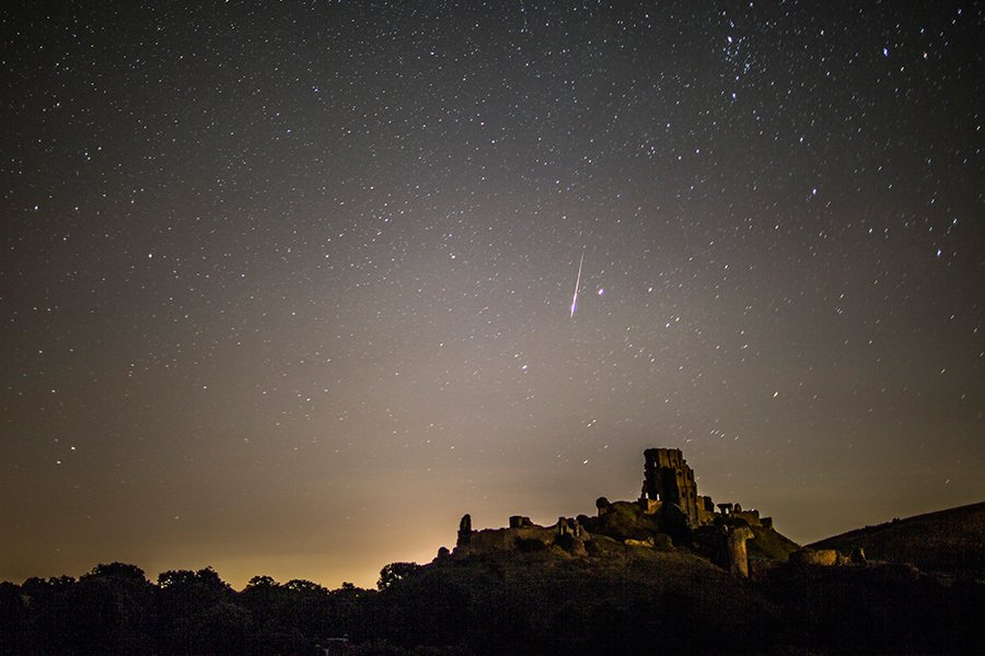 8月12日在英國科夫堡觀測到的流星雨。(合成圖/Dan Kitwood/Getty Images)