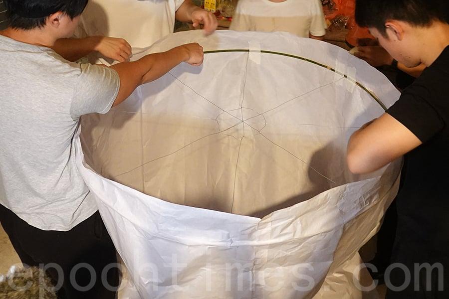底座以鐵絲和幼竹織成蜘蛛網狀,作為承托架。(曾蓮/大紀元)