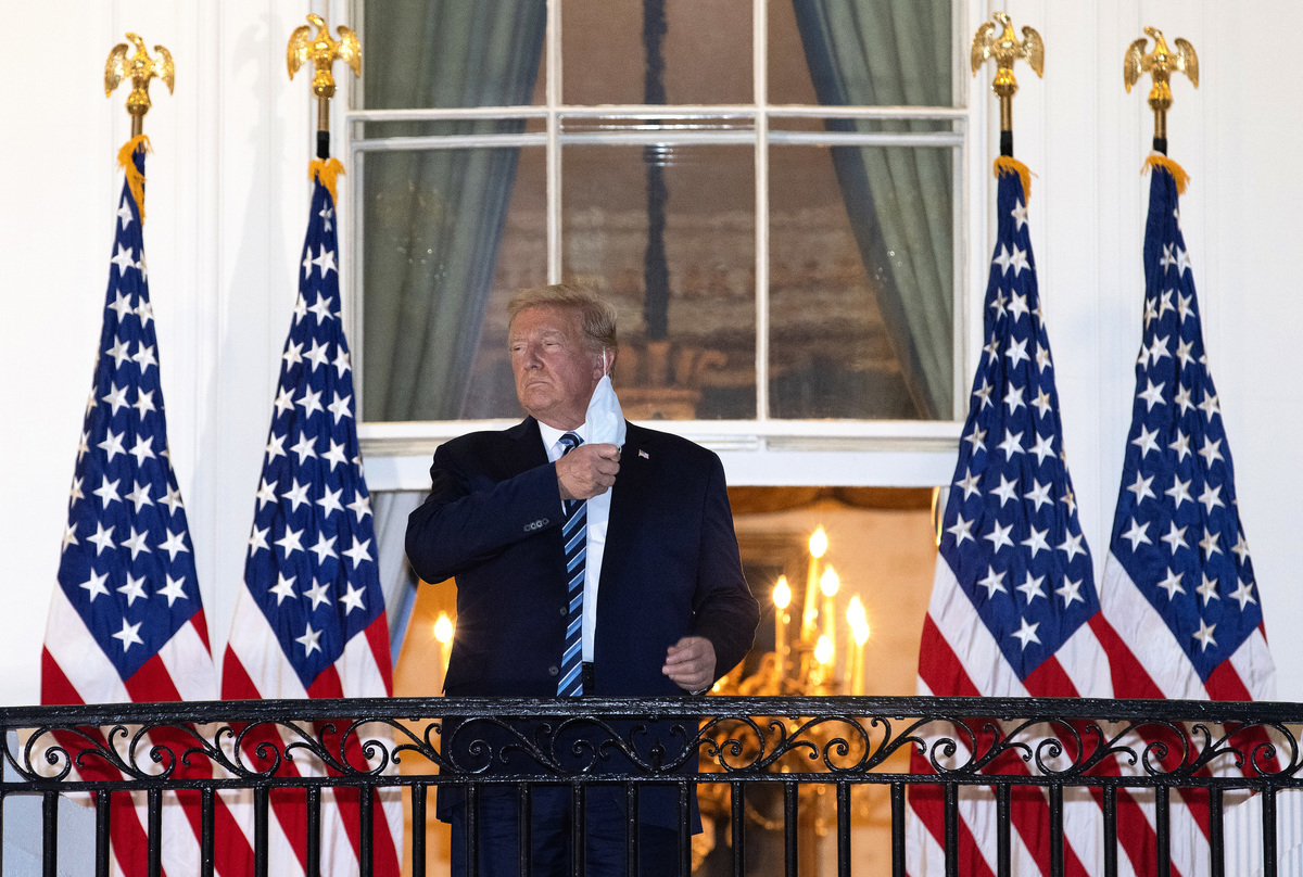 根據美國一個智囊的最新民調,特朗普總統在關鍵的六大搖擺州的支持率超過對手拜登,將獲得多數選舉人票連任。圖為特朗普10月6日在接受中共病毒治療康復後回到白宮,在白宮陽台上摘下口罩。(Win McNamee/Getty Images)