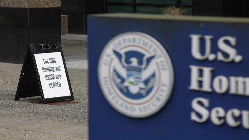 美國公民及移民服務局(USCIS)2日發佈最新政策通知,禁止曾經加入共產黨的人申請美國綠卡和移民。( JASON REDMOND/AFP via Getty Images)
