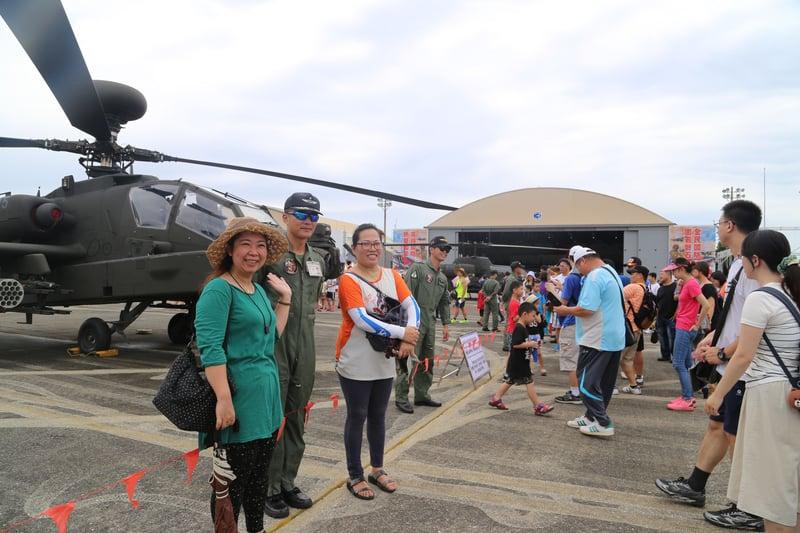 台灣空軍花蓮基地睽違5年,8月13日開放民眾參觀,營區湧進數萬人觀賞戰機。(中央社)