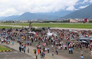 台空軍花蓮基地開放 湧數萬人潮觀賞戰機