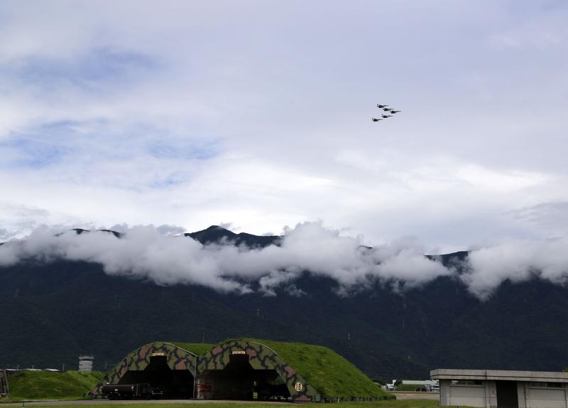台灣空軍花蓮基地睽違5年,8月13日開放民眾參觀,雖受強降雨影響,但天氣轉晴後,雷虎小組展示操演。(中央社)