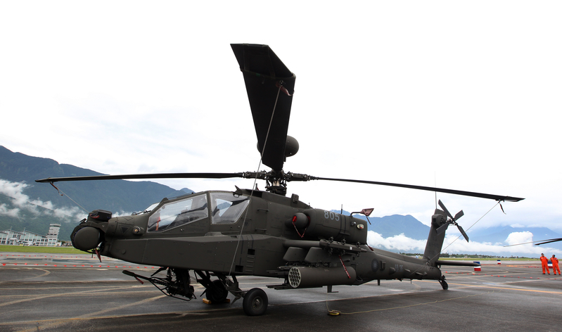 台灣空軍花蓮基地8月13日開放參觀,11日舉行全兵力預演,靜態展示的阿帕奇直升機首次在東部地區展出。(中央社)