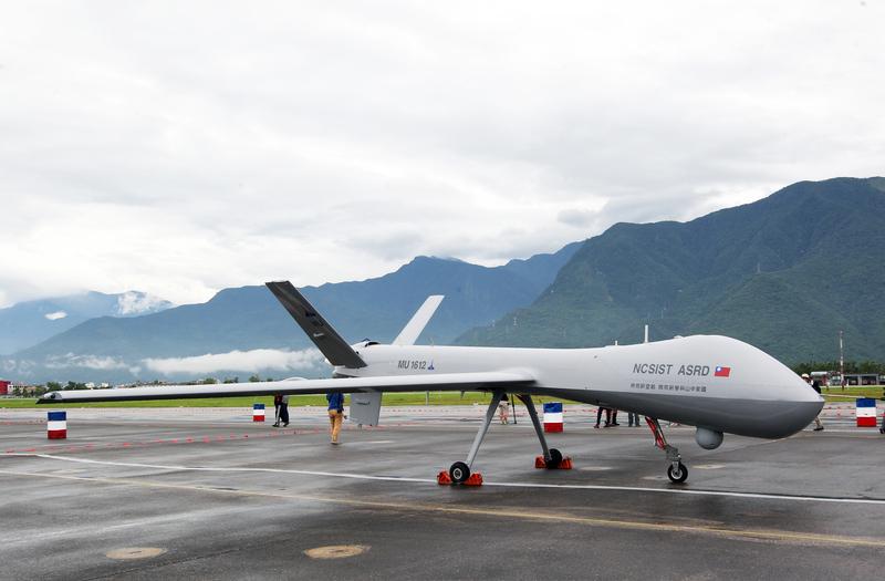台灣空軍花蓮基地8月13日開放參觀,11日舉行全兵力預演,靜態展示的騰雲UAV大型無人機首次在東部地區展出。(中央社)
