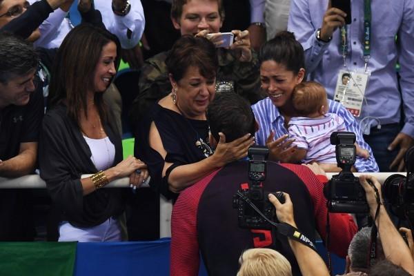 菲比斯在所有人為自己激動歡呼時,卻徑直走向坐在看台的家人,逐個與母親、未婚妻和僅3個月大的孩子擁吻。(Getty Images)