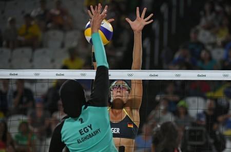 里約奧運沙灘排球賽上眾多身材健美的排球女將中,埃及選手顯得鶴立雞群,不但全身包裹得嚴嚴實實,甚至還帶著頭巾。據悉,埃及國內報道中,身穿比堅基尼的外國選手還被打上馬賽克。(AFP)