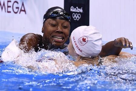 白人或亞洲人是奧運泳賽領獎台的常客,非裔則很少。20歲美國女將曼紐爾首次參加奧運,便與加拿大人奧萊西亞在女子100米自由泳中分享金牌。(AFP)