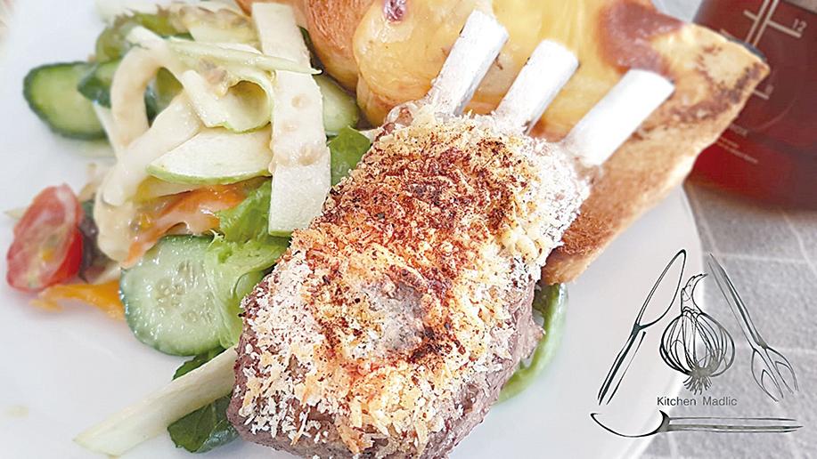 烤寳雲酥煙燻甜椒羊架配沙律吐司。