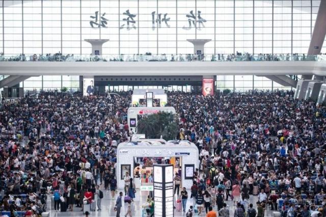 過去十一長假人山人海的景象,今年已不復見。圖為過去十一長假的杭州車站。(網路圖片)