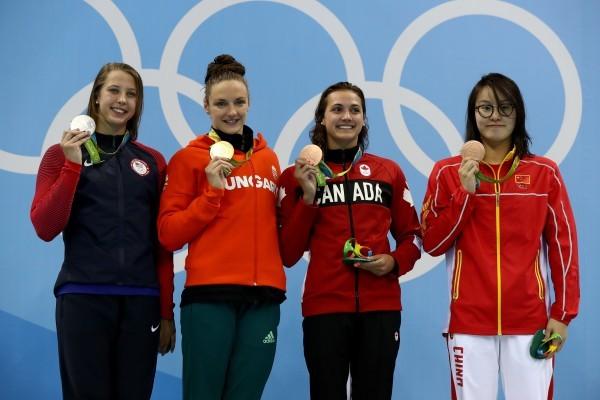 8月8日,里約奧運會女子100米仰泳領獎台,傅園慧獲得並列銅牌。(Al Bello/Getty Images)(Photo by Al Bello/Getty Images)