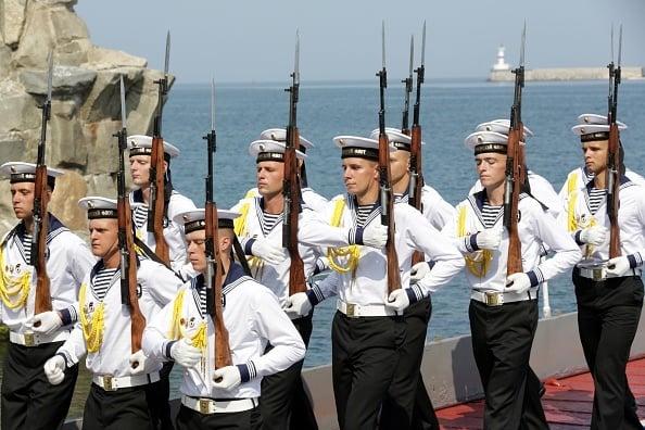 克里米亞半島緊張局勢加劇,俄羅斯與烏克蘭均高度戒備。圖為俄羅斯海軍。(MAX VETROV/AFP/Getty Images)
