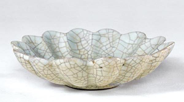菊花造型的宋代哥窯青釉菊瓣式盤。(公共領域)