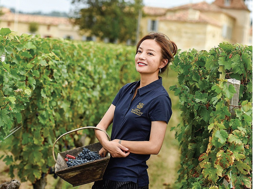2018年9月,知名影星趙薇在她早年買下的法國夢洛酒莊(Chateau Monlot)的葡萄園裏擺拍。(AFP)