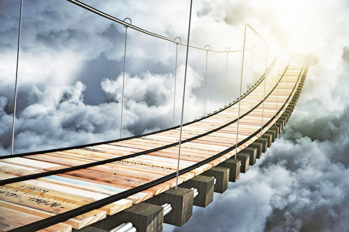 橋極高,橋上有行人走過。陳昱的姐姐說:「這是通往天界的橋。」示意圖。 (Fotolia)