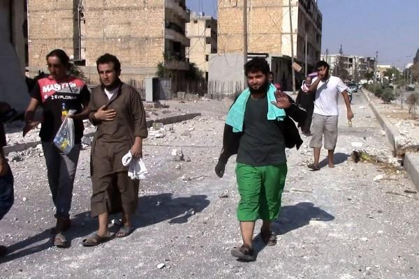 美國無人偵察機監測到佔據敘利亞曼比吉市的伊斯蘭國極端組織,於2016年8月12日集結2000多輛汽車從該市潰逃。本圖為鄰近曼比吉地區的居民,在得知極端組織撤離後,於12日紛紛返回自己的家中。(STR/AFP/Getty Images)