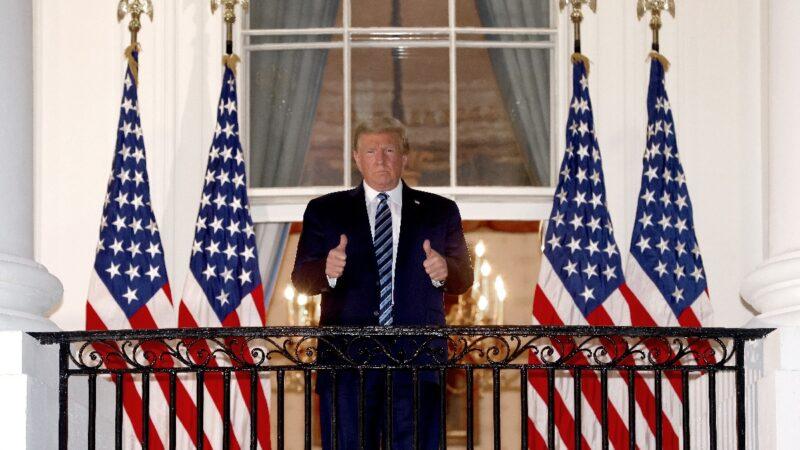10月5日,特朗普總統從沃爾特里德(Walter Reed)軍事醫療中心返回白宮,豎起大拇指。(Win McNamee/Getty Images)