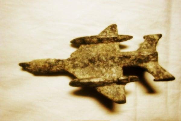 在這神秘隧道中,發現了純金鑄造的古代飛機模型。根據科學家分析,其中一架史前飛機的模型具有美國B-52轟炸機性能。(網絡圖片)